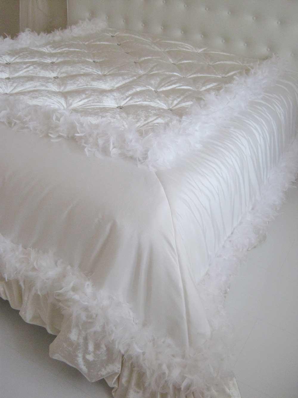 Декоративное покрывало с боа белого цвета ручной работы на заказ