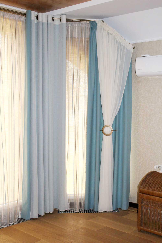 Бело-голубые шторки на мансарду