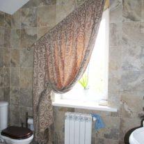 Портьера для окна неправильной формы в ванной