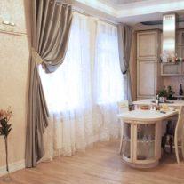 Коричневые классические шторы для кухонной зоны