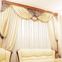 Большое окно с шелковыми портьерами
