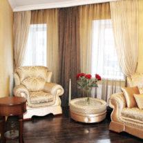 Фактурные легкие шторы из кисеи в коричнево-золотистых тонах с подвесами-кистями