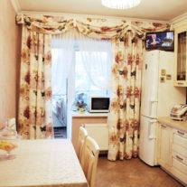 Шторы с розами и ламбрекеном с подхватами в стиле кантри на кухню с балконом