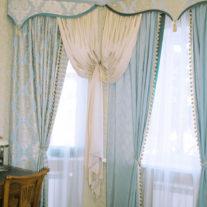 Легкие шелковые гардины с ламбрекеном в домашний кабинет, отделка шнурами и кисточками