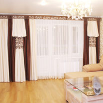 Необычное применение фигурного ламбрекена в декоре штор в гостиной