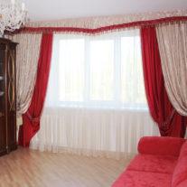 Двойные шторы красно-бежевые с богатым декором и подхватами-кистями