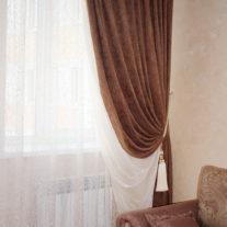 Двухцветные бело-коричневые портьеры для зоны столовой