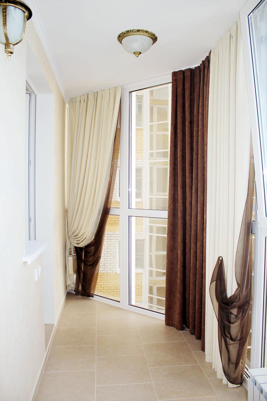 Софт и шелк, коричневые и кремовые шторы на лоджию в столовой