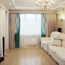 Декоративные бирюзово-бежевые подушки со стеклярусной тесьмой и портьеры с пуговками