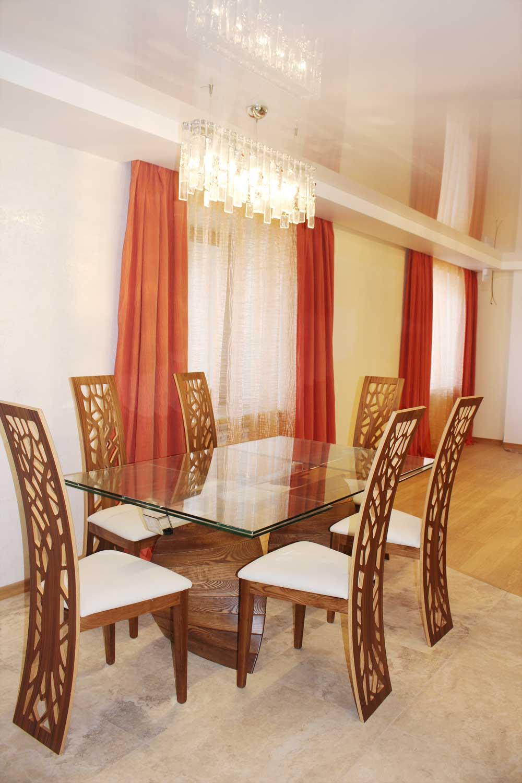 Простые красные шторы из современного текстиля с фактурой