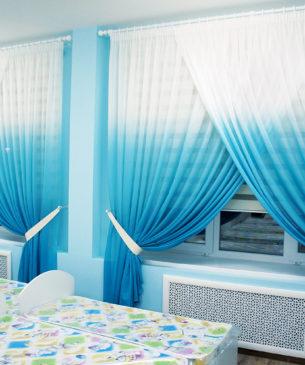 Бело-голубые легкие занавески с градиентом и шторы зебра