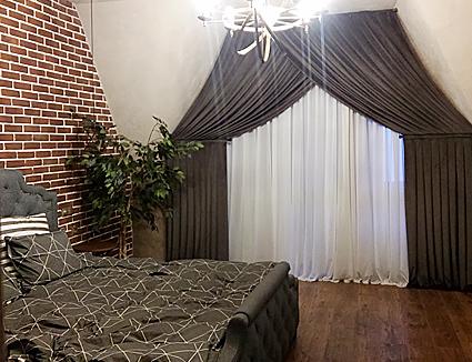 Текстиль на заказ-шторы и покрывала для спальни под крышей